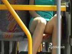 Девочка трогает себя под юбкой в автобусе