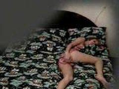 Skrytaja kamera snjala kak devushka masturbiruet