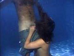 Krasotka otsasyvaet v bassejne
