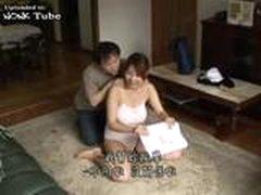 Японский мальчик дает странный массаж