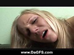 Anal'nyj seks s moloden'koj blondinkoj na divane
