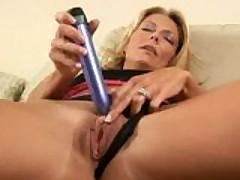 Сексуальная мамочка на кухне