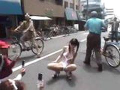 Японская милашка в общественных местах (Часть 2)