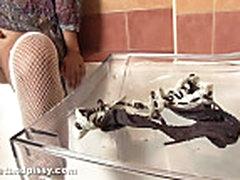Писсинг: Кетти отжимает свои мокрые трусики
