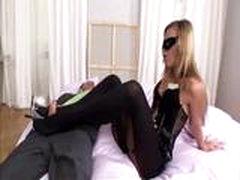Sabrina pokazyvaet svoi nozhki v kolgotkah