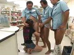 Молоденькой азиатке наполнили спермой киску после групповухи