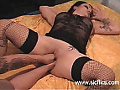 Анальный и вагинальный фистинг брюнетки
