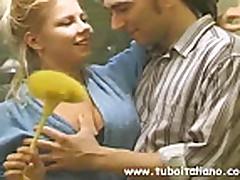 Konchil v popku grudastoj mamochki s volosatoj kiskoj