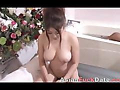Азиатка делает массаж и дрочит член ручкой