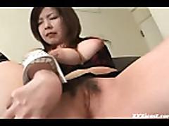 Aziatka s volosatoj kiskoj masturbiruet