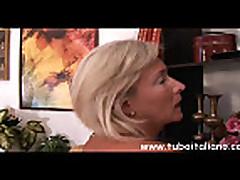 Итальянская мамочка блондинка любит молоденьких парней