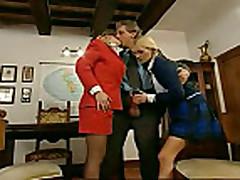 Две курящие девушки оттраханы в попки большим членом
