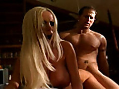 Blondinka razbudila svoego parnja dlja seksa