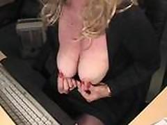 Zrelaja mamochka blondinka masturbiruet po vjebke