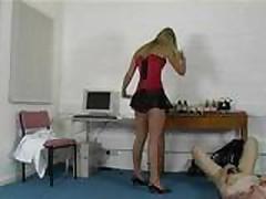 Длинноногая блондинка на высоких каблучках