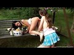 Moloden'kie lesbijanki lizhut i ebut svoi nezhnye kiski