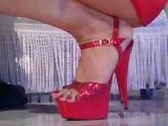 Красивая блондинка танцует стриптиз