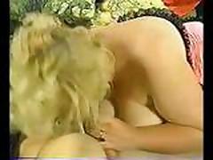 Блондинку трахают между грудей