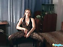 Seksual'naja blondinka v jeroticheskom bel'e masturbiruet