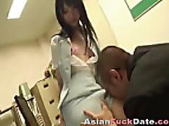 Seks aziatki s volosatoj kiskoj
