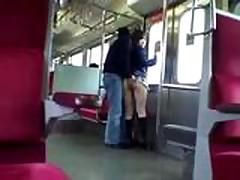 Молоденькую азиатку трахнули в поезде у всех на виду