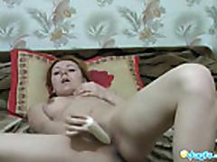 Krasivaja ryzhaja devushka masturbiruet