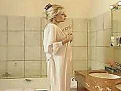 Пока жена в ванной муж ебет горничную
