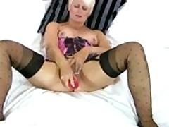 Зрелая старуха мастурбирует с секс игрушками