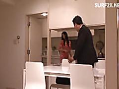 Japonochka s temnymi volosami i horoshej popkoj