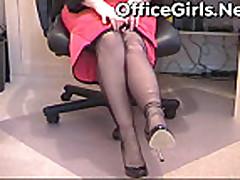 Sisjastaja mamochka-sekretar' masturbiruet brituju kisku