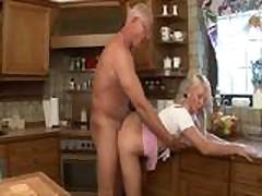 Moloden'kaja blondinka s novym parnem