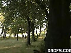 Obnazhennaja veselo provodit vremja v parke
