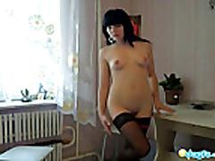 Prekrasnaja gerlfrend Mila ustroila striptiz v spal'ne