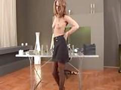 Курящая Джулия снимает свою одежду