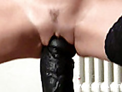 Kudrjavaja shljuha trahaetsja s ogromnym dildo