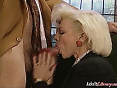 Блондинка трахается жестко то в задницу, фистинг