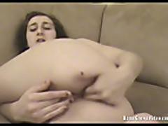 Mamochka s malen'kimi sis'kami masturbiruet
