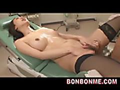 Doktor trahnul pacientku aziatku