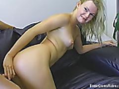 Красотка после секса дрочит ручками и дает кончить на лицо