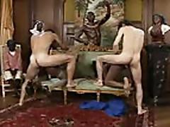 Dve chernye devushki trahajutsja s belymi parnjami