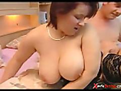 Молодой парень трахает грудастую мамочку брюнетку