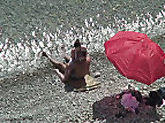 Секс на пляже с брюнеткой