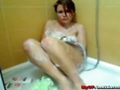 Brjunetka masturbiruet v dushe