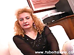 Грудастая зрелая мамочка с волосатой киской делает минет