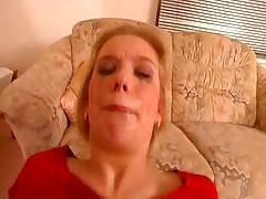Проститутка заглатывает член глубоко