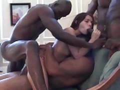 Его черный член проникает в ее узкую задницу