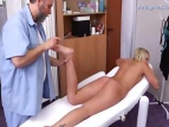Наталья раздвигает ноги перед гинекологом