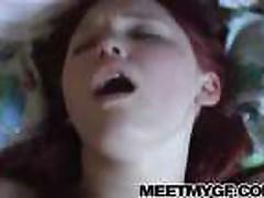 Молоденькая рыжая красотка сосет и глотает