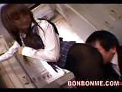 Японочка в чулках оттрахана в туалете