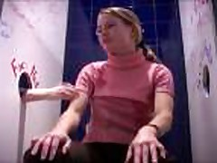 Blondinka soset i ebetsja v tualete kluba